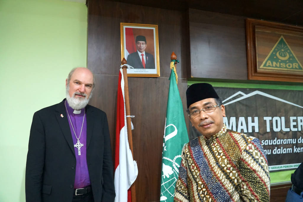 Associate Secretary General of the World Evangelical Alliance, Bishop Thomas Schirrmacher, stands with Nahdlatul Ulama General Secretary Yahya Cholil Staquf in front of the Indonesian and NU flags © BQ/Martin Warnecke